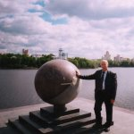 Сквер на берегу р. Исеть в центре г. Екатеринбурга. Каменный шар в виде земного шара с 60м мередианом, границей
